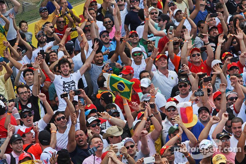 Fans auf der Strecke nach dem Rennen