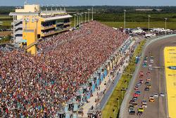 Start: Jeff Gordon, Hendrick Motorsports Chevrolet and Kurt Busch, Stewart-Haas Racing Chevrolet lead the field
