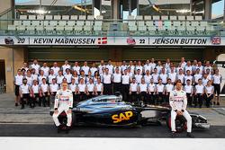 (Links naar rechts): Kevin Magnussen, McLaren en teamgenoot Jenson Button, McLaren, tijdens een teamfoto