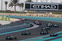 Start: Lewis Hamilton, Mercedes AMG F1 W05 leads
