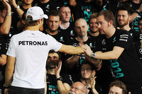 Nico Rosberg, Mercedes AMG F1 celebrates with the team