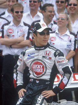 BAR-Honda photoshoot: Takuma Sato pose with BAR-Honda team members
