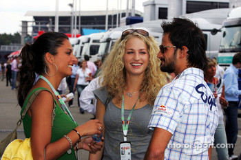 Vitantonio Liuzzi with Formula Unas girls
