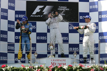 Podium: champagne for Kimi Raikkonen, Fernando Alonso and Juan Pablo Montoya