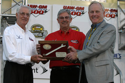 Humpy Wheeler accepts the 'Smokey Yunick Award' from Glen and Leonard Wood