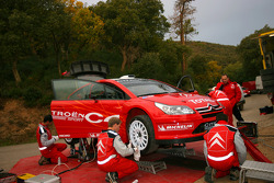 Citroën Sport team members prepare the Citroën C4 WRC