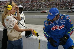 Jewel shows the Nextel FanView to a Kellogg's Chevy crew member