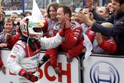 Tom Kristensen greeted by his engineers