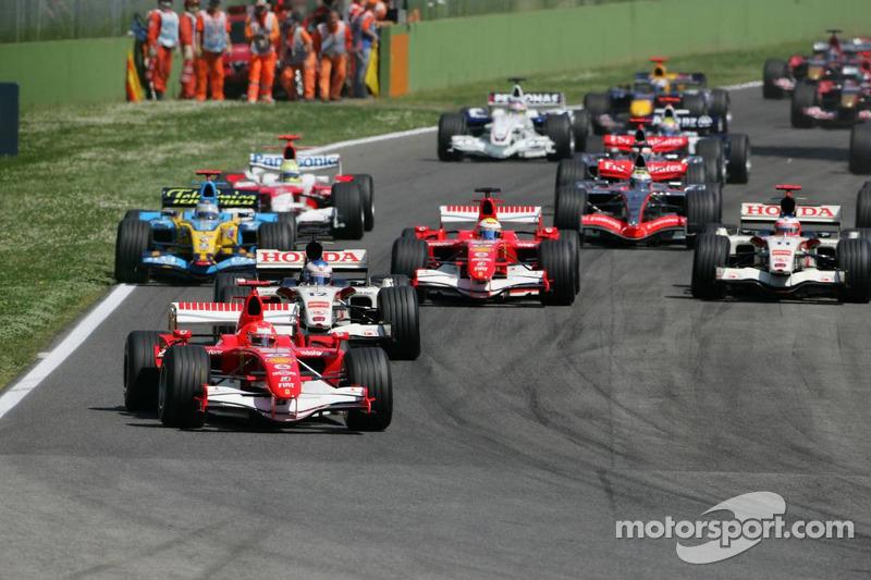 Start: Michael Schumacher pakt de leiding
