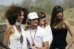 Red Bull goes off track: Vitantonio Liuzzi with Formula Unas girls