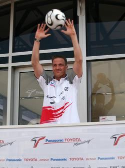 Ralf Schumacher gets into the World Cup spirit