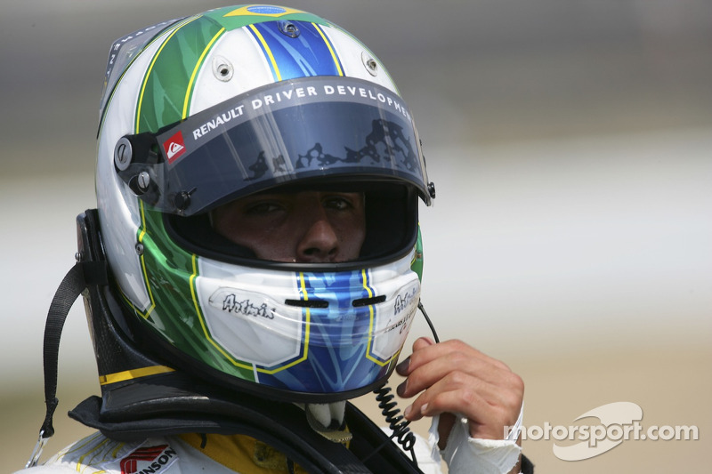 Lucas Di Grassi walks back to the pits