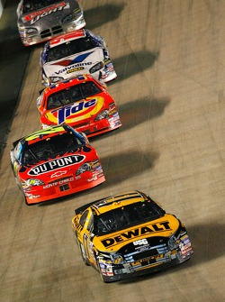 Matt Kenseth leads Jeff Gordon