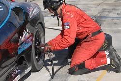 Tire change for #62 Corsa GT Motorsports Ferrari F430 CH: Steve Pruitt, Cort Wagner, Alex Quaid