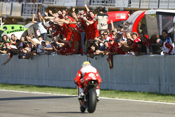 Troy Bayliss wins the race