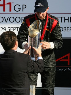 Jan-Peter Balkenende, Dutch Prime-Minister hands Nico Hulkenberg the winners trophy