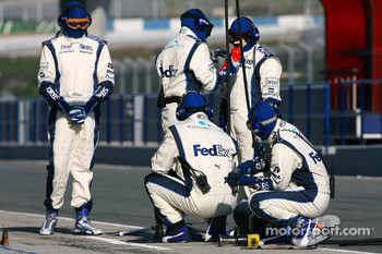 Williams F1 team members prepare pitstop practice