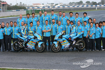 Rizla Suzuki: Chris Vermeulen and John Hopkins pose with Suzuki team members