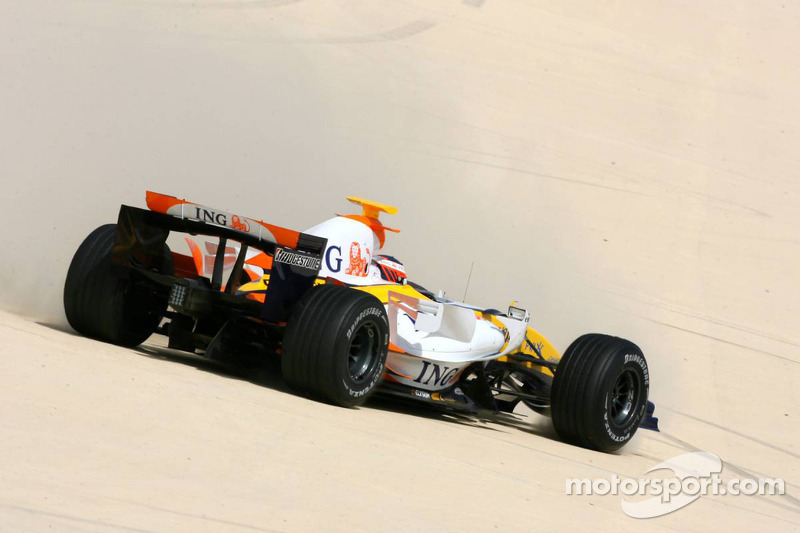 Heikki Kovalainen crashes