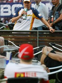 Heikki Kovalainen, Renault F1 Team talking with Kimi Raikkonen, Scuderia Ferrari