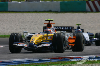 Heikki Kovalainen, Renault F1 Team, R27 and Alexander Wurz, Williams F1 Team, FW29