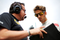 Julien Simon-Chautemps, Lotus F1 Team Race Engineer with Romain Grosjean, Lotus F1 Team on the grid