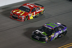 Jamie McMurray, Chip Ganassi Racing Chevrolet and Denny Hamlin, Joe Gibbs Racing Toyota