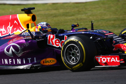 Daniel Ricciardo, Red Bull Racing RB11 with damage to his car