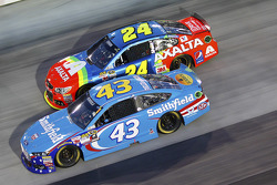 Aric Almirola, Richard Petty Motorsports Ford and Jeff Gordon, Hendrick Motorsports Chevrolet