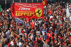 领奖台下的众多忠实法拉利车迷