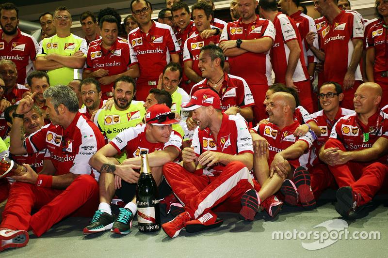 Vencedor Sebastian Vettel, Ferrari e terceiro Kimi Raikkonen, Ferrari celebram com time