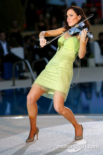 Amber Fashion: Linzi Stoppard, Electric Violinist