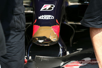 Scuderia Toro Rosso, STR02, damaged front wing