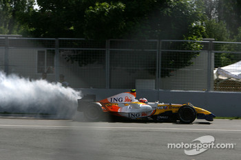 Heikki Kovalainen, Renault F1 Team, blows up