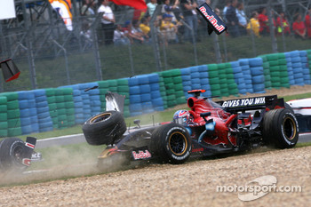 Vitantonio Liuzzi, Scuderia Toro Rosso crashes with Anthony Davidson, Super Aguri F1 Team at the start