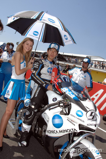 Shynia Nakano with his charming grid girl