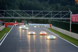 #2 Vitaphone Racing Team Maserati MC 12 GT1: Stéphane Lemeret, Miguel Ramos, Christian Montanari, Matteo Bobbi leads a group of cars