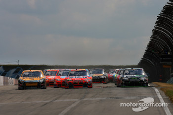 Start: Matt Kenseth, Jeff Gordon and Denny Hamlin battle for the lead