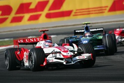 Takuma Sato, Super Aguri F1, SA07 and Rubens Barrichello, Honda Racing F1 Team, RA107