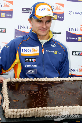 Heikki Kovalainen, Renault F1 Team receives a birthday cake