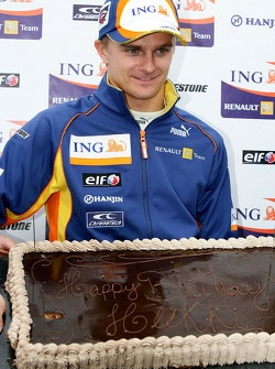 Heikki Kovalainen, Renault F1 Team receives a birthday cake