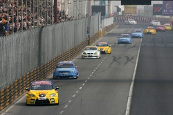 Yvan Muller, SEAT Sport, Seat Leon leads Alain Menu, Team Chevrolet, Chevrolet Lacetti