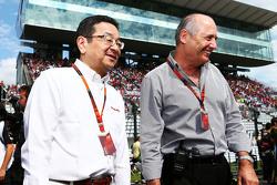 本田社长八乡隆弘与迈凯伦主席兼CEO罗恩•丹尼斯在日本站赛前发车区