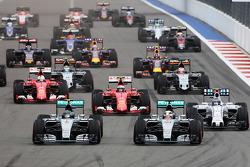 俄罗斯大奖赛起步:尼科•罗斯伯格(梅赛德斯)领先刘易斯•汉密尔顿