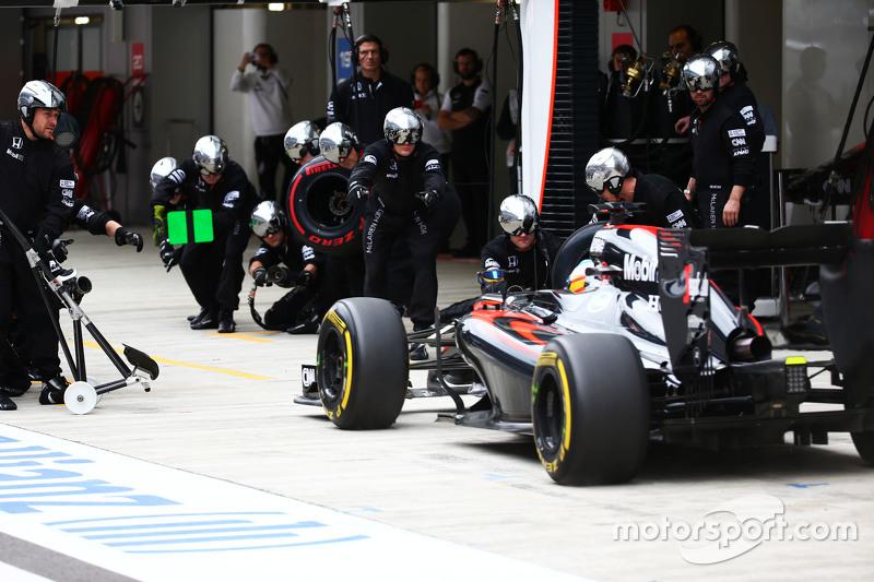 Jenson Button, McLaren MP4-30 hace una parada en pits