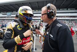 Pastor Maldonado, Lotus F1 Team con Mark Slade, Lotus F1 Team Ingeniero en la  parrilla