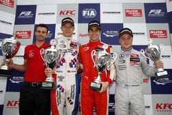 Race 1 Podium: 2de Jake Dennis en winnaar Lance Stroll en 3de Felix Rosenqvist, Prema Powerteam