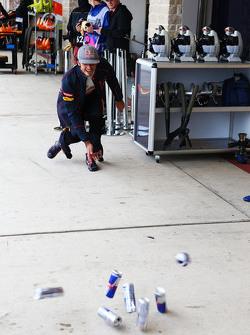 Carlos Sainz Jr., Scuderia Toro Rosso oefent zijn bowlingtechniek