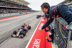 Max Verstappen viert zijn vierde plaats aan de finish met zijn Scuderia Toro Rosso team op de pitmuur