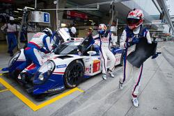 #1 Toyota Racing Toyota TS040 Hybrid: Sébastien Buemi en Kazuki Nakajima pitstop